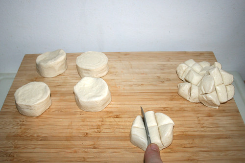 37 - Teigstücke in je sechs Teile schneiden / Cut every dough piece in six parts