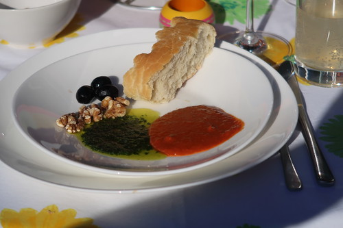 Mojo verde und Mojo rojo, Walnüsse, Oliven und Fladenbrot