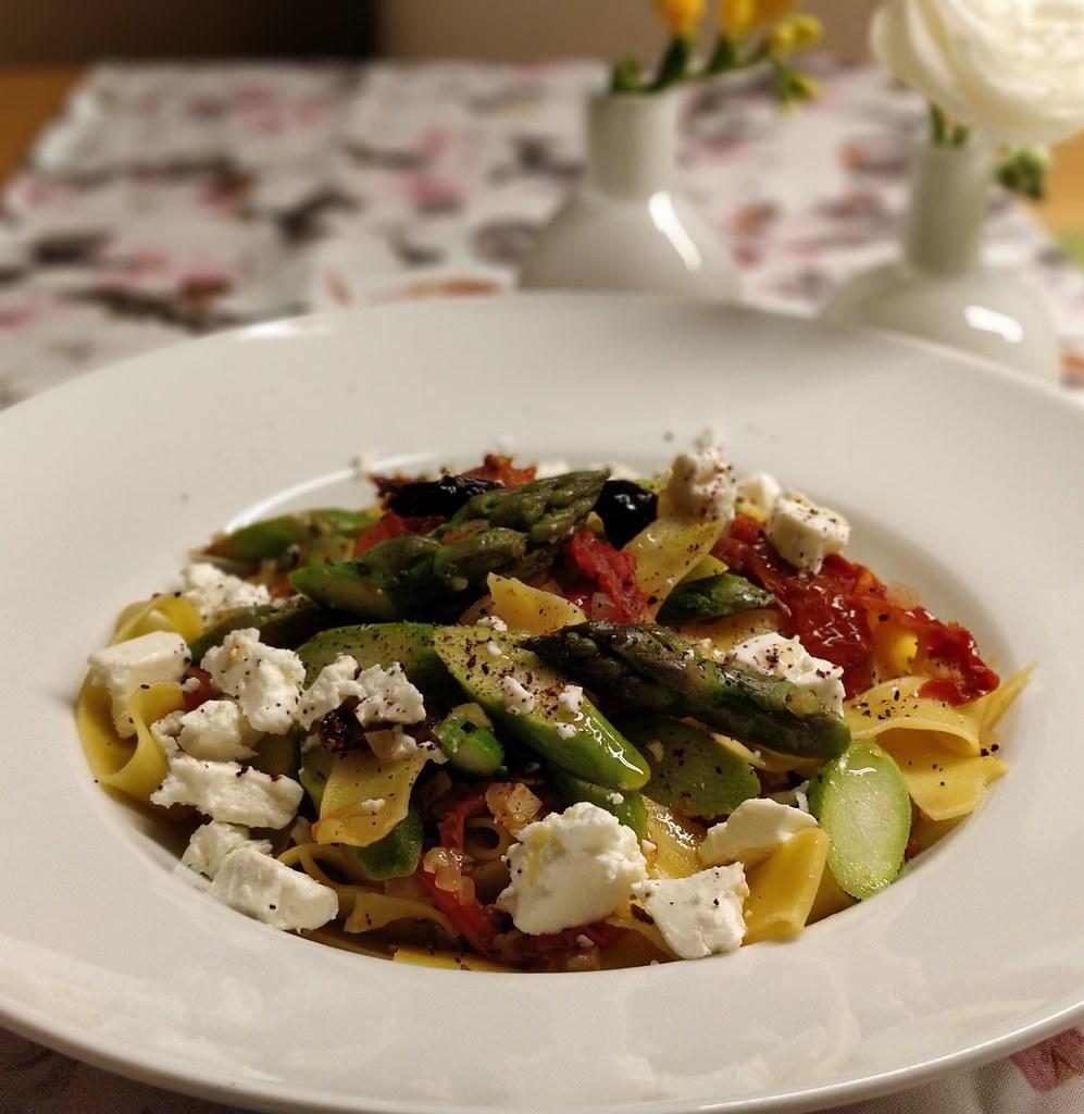 Pappardelle mit Spargel, Tomaten und Schafskäse