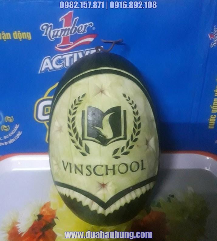 Dưa hấu khắc chữ và logo trường VIN SCHOOL