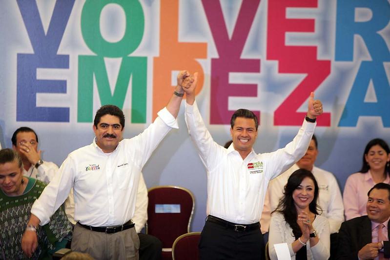 4.- Con el priísta Enrique Peña Nieto en 2012.