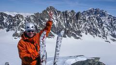 Paweł na szczycie Piz Malenco 3400m. W tle lodoweic Vadretta di Scerscen Inferiore, szczytu Dischmels 3501,  I Gemelli 3508m, Piz Roseg 3937m, Piz Bernina 4048m.