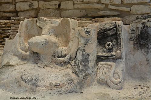 Z.A. X'cambo, Restos de la decoracion de una de las piramides.
