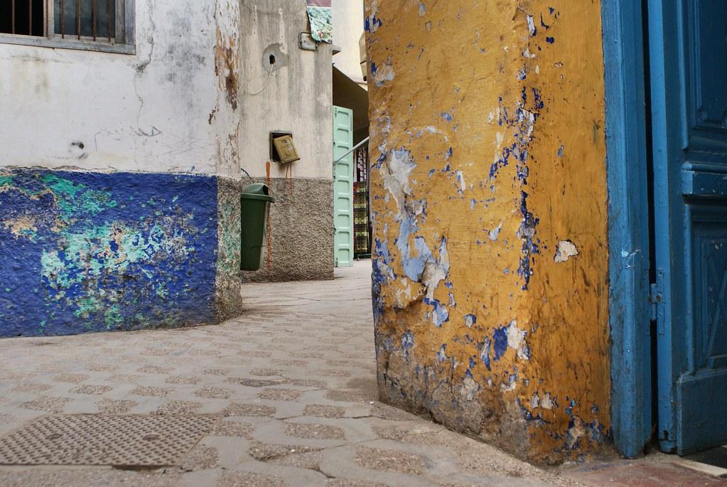 Une simple et belle rue aux murs à la peinture écaillée.