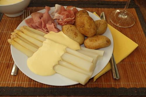 Laggenbecker Spargel (vom Hof Löbke) mit Sauce Hollandaise (von Lukull) zu gekochtem Rinderschinken und mildgeräuchertem Schinken (vom Frecklinghof) und Kartoffeln (vom Markt)