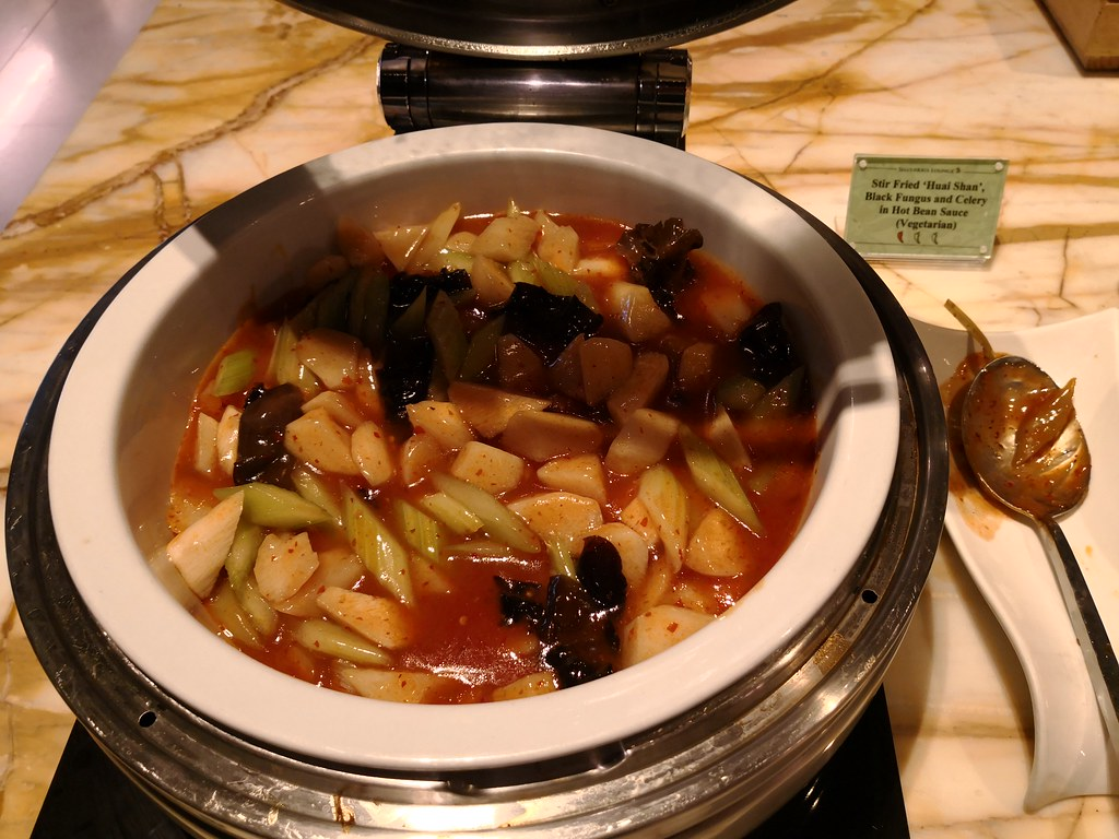 Stir-fried black fungus and celery