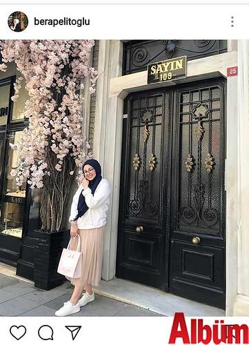 Bera Pelitoğlu, pembe çiçekler eşliğinde çektirdiği bu fotoğrafla takipçilerini selamladı.