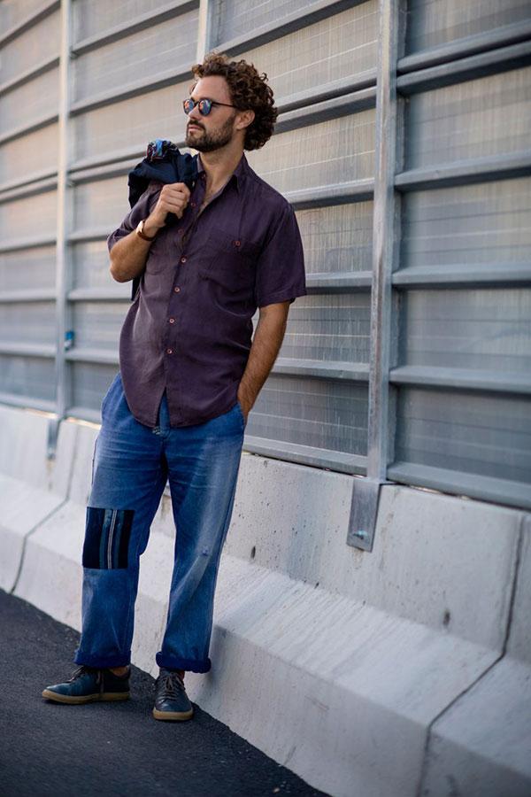 パープル半袖シャツ×デニムパンツ×ネイビースニーカー