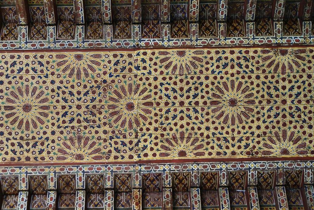 Sublime plafond peint à l'intérieur du musée Dar Batha à Fès.