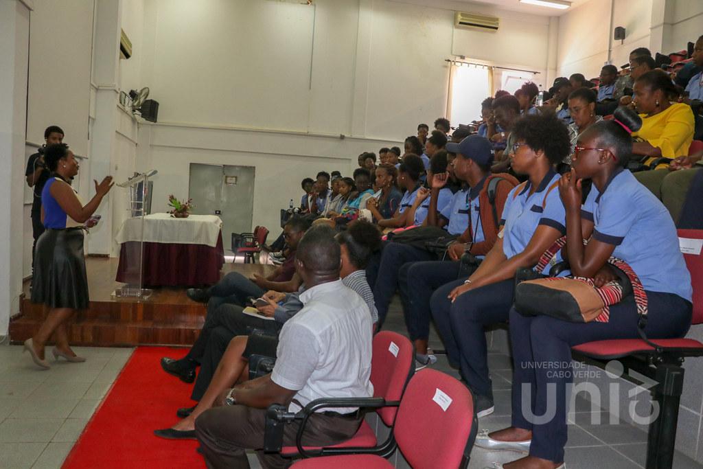Alunos do Liceu Amílcar Cabral visitam a Uni-CV