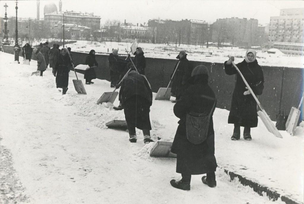 1942. Ленинград в блокаде. Уборка города