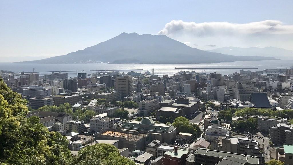 城山の展望所からみた市街と桜島
