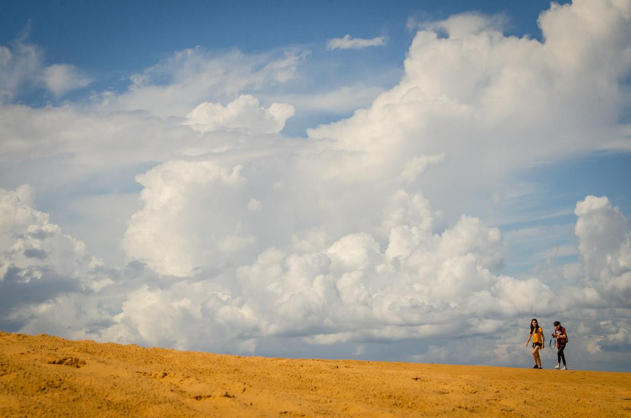 Dos turistas caminan sobre las dunas de San Cosme y Damián en una excursión durante los días de semana santa pasado. El concepto de turismo a las dunas, promovido por los locales, consiste en una permanencia en el lugar hasta 2 horas, debido al intenso calor y falta de sombra, para no arriesgar la salud de los turistas. (Elton Núñez).