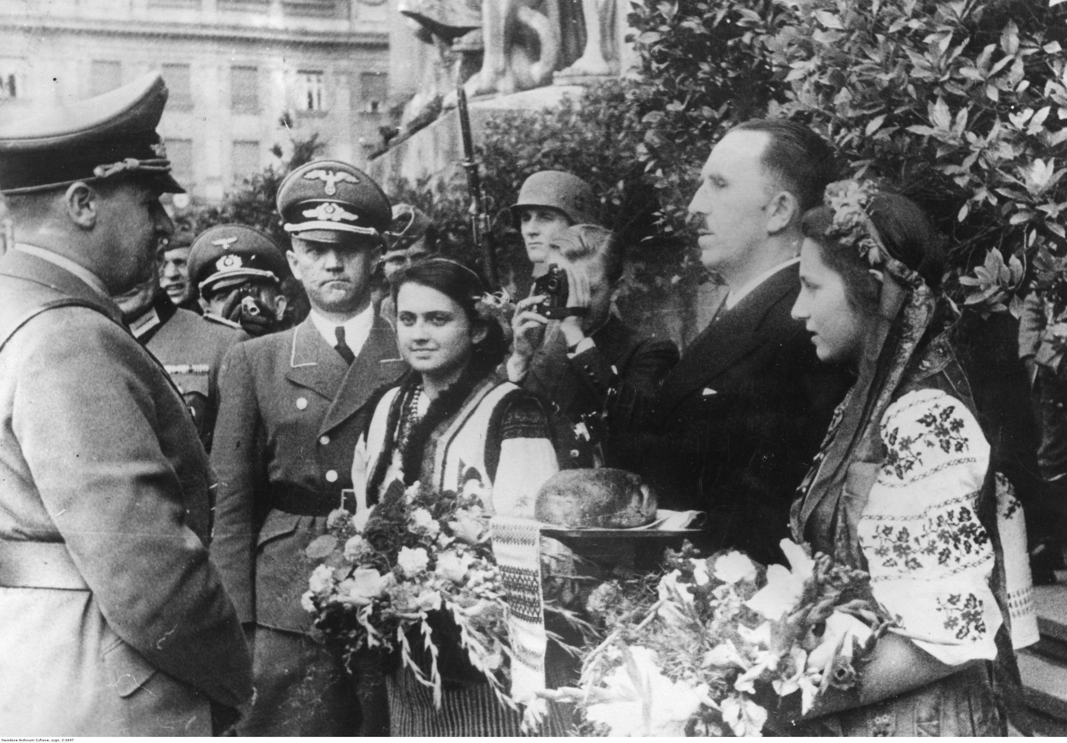 1941. Делегация во главе с мэром Львова приветствует генерал-губернатора Ганса Франка хлебом-солью перед Сеймом. 1 августа