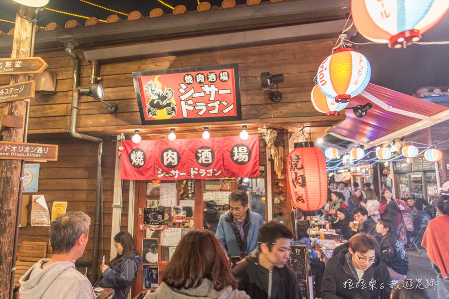 日本沖繩國際通屋台村,匯集了沖繩各式在地美食攤位,越夜越熱鬧的小街區,一起感受日本居酒屋的迷人氛圍