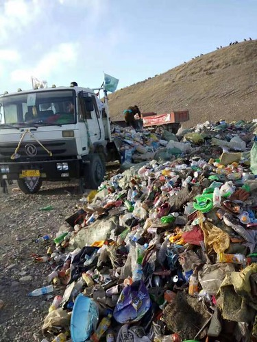 Local Tibetans collecting plastic wastes . From tibetpolicy.net
