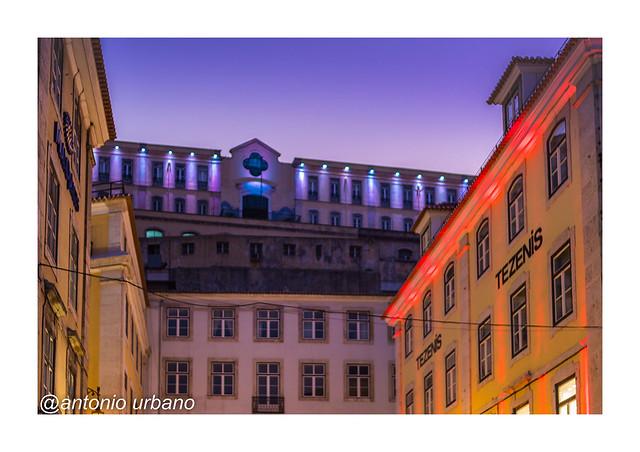 Atardecer en Lisboa:  edificaciones superpuestas con cálida iluminación.