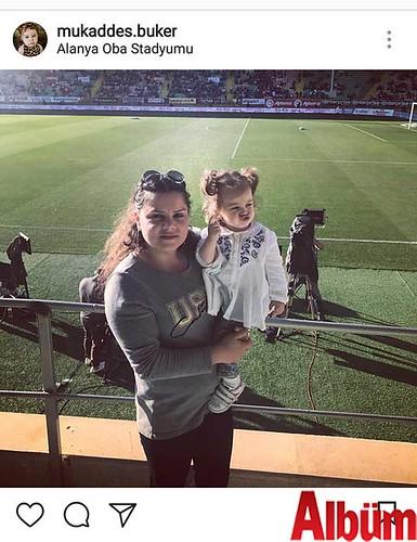 Mukaddes Buker, biricik kızı Aynur Beren Buker ile birlikte Alanya Oba Stadyumu'ndan bu fotoğrafı paylaştı.