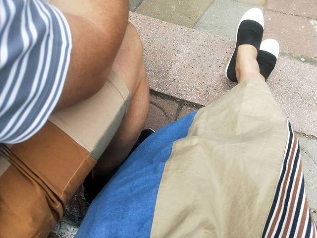 20180428 陪孩子運動會一整天 好感謝天氣好幫忙 有太陽 有陰天 又有風 就是沒滴下雨來 好多孩子們都破大會紀錄呀 也好難得 兩人可以隨意的並肩坐著 喜歡這樣的家庭日 #戴家日常 #愛情啊 #queenshop