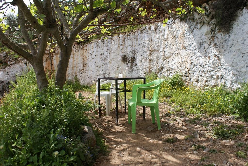 Café jardin au dessus de la rivière à l'ouest de Chefchaouen.