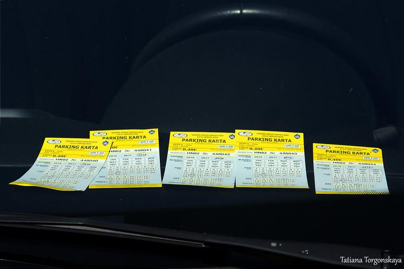Парковочные билеты под лобовым стеклом