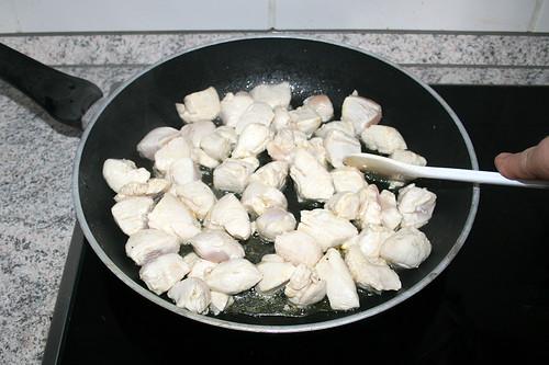 27 - Hähnchenbrustwürfel rundherum anbraten / Fry chicken dices well