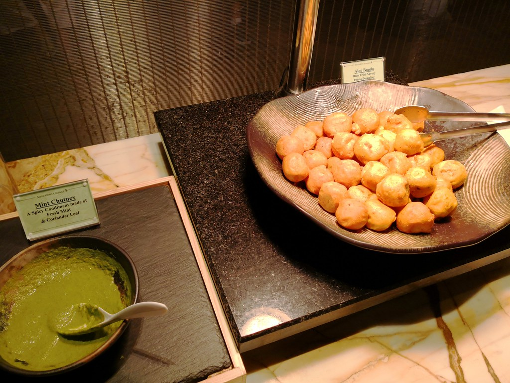 Aloo bonda with mint chutney