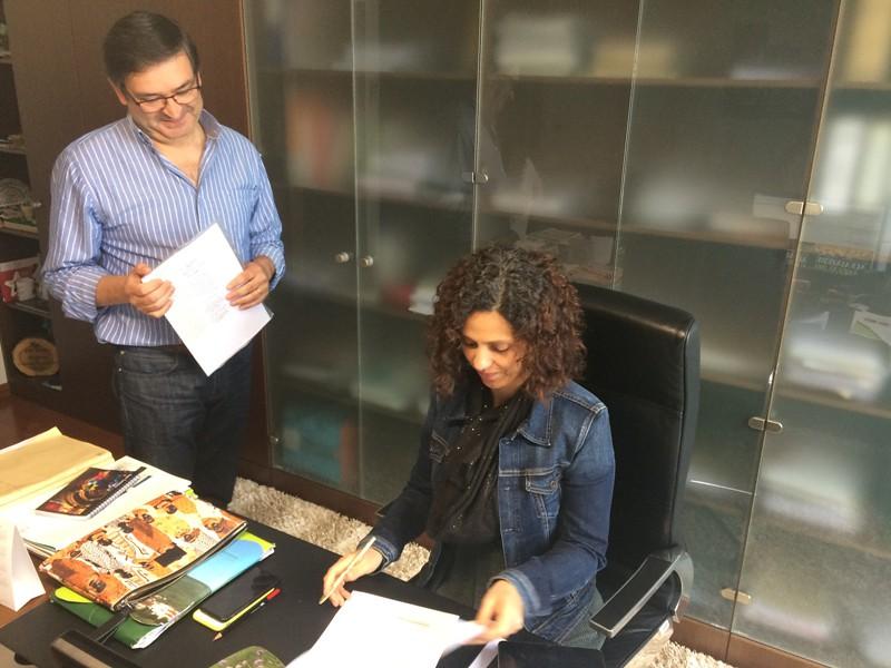 Célia Marques assina a ordem de pagamento ao tesoureiro Jorge Ribeiro