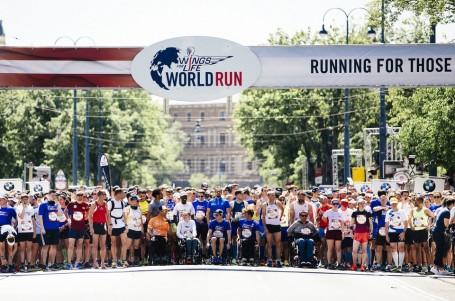 O 934 484 km blíže nalezení léku, charitativní běh vyhrál vozíčkář
