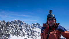 Ja na szczycie Piz Malenco 3400m. W tle lodoweic Vadretta di Scerscen Inferiore, szczytu Dischmels 3501,  I Gemelli 3508m, Piz Roseg 3937m, Piz Bernina 4048m.