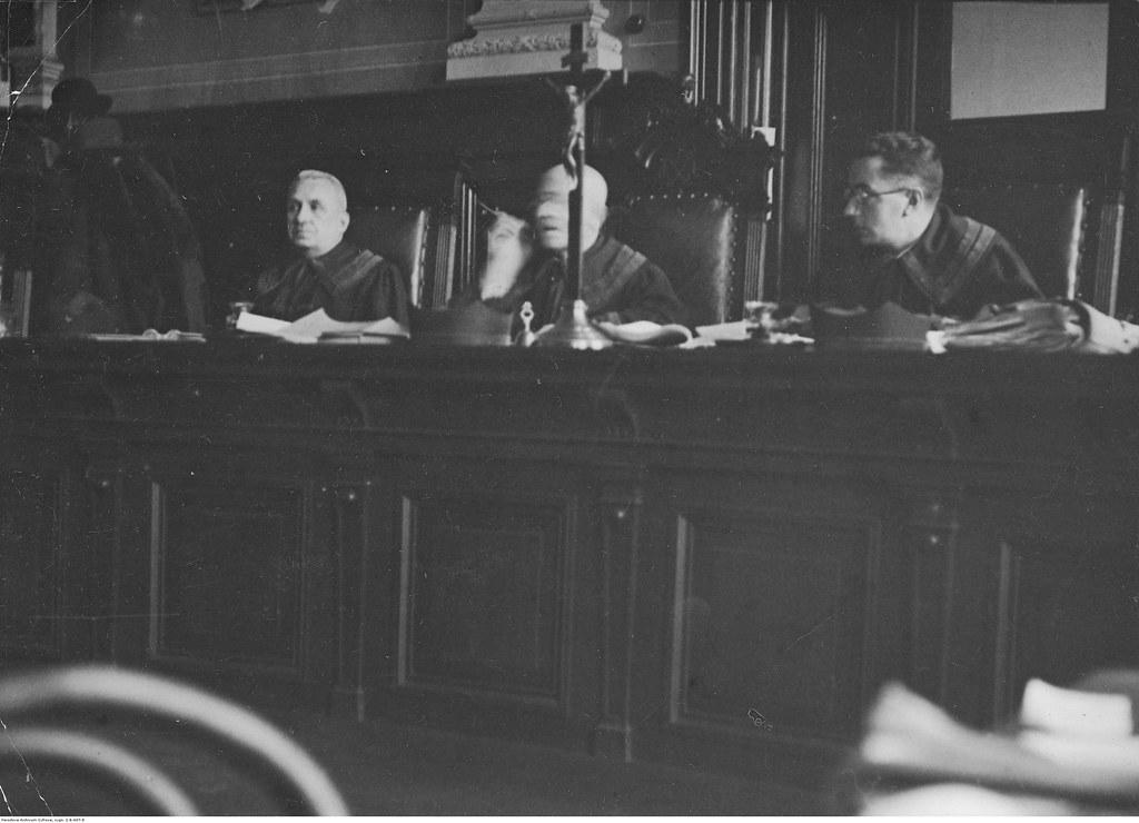 Судьи во главе с председателем суда Ягодчинским (лысый)