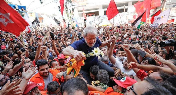 Lula is carried on the shoulders of supporters in São Bernardo do Campo before turning himself in to the Federal Police - Créditos: Ricardo Stuckert/Instituto Lula