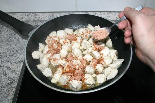 28 - Hähnchenbrustwürfel mit Fajitagewürz bestreuen / Dredge chicken with fajita seasoning