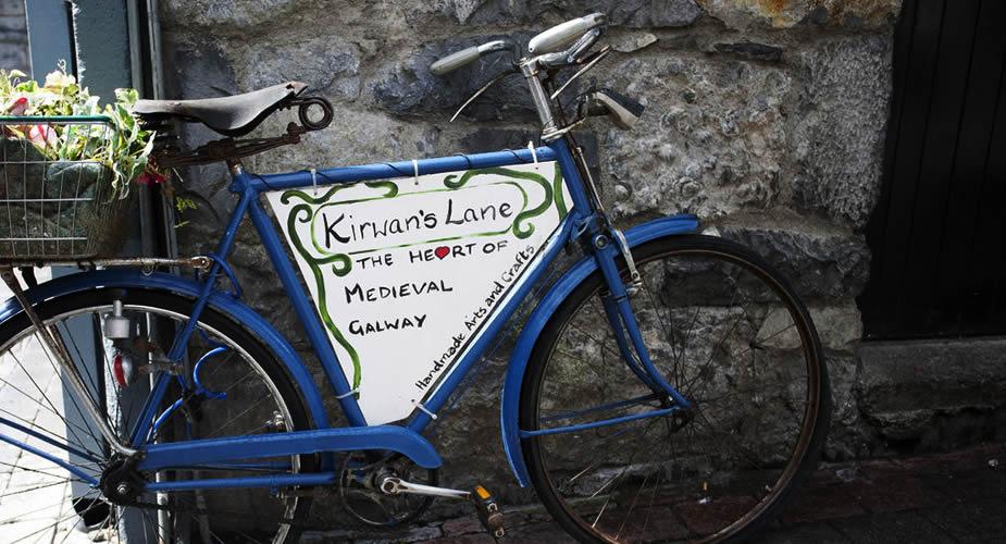 Bezienswaardigheden Galway, Ierland. Winkels en restaurants aan Kirwans Lane, Galway | Mooistestedentrips.nl