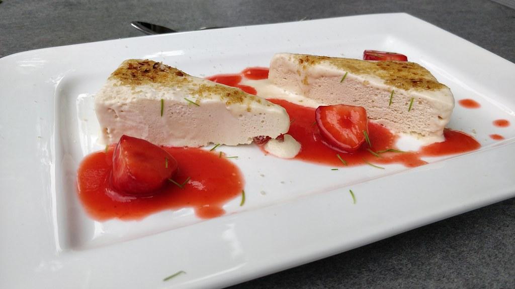 Geflämmtes Maiwipferl-Parfait mit Erdbeer-Tonkabohnen-Mark