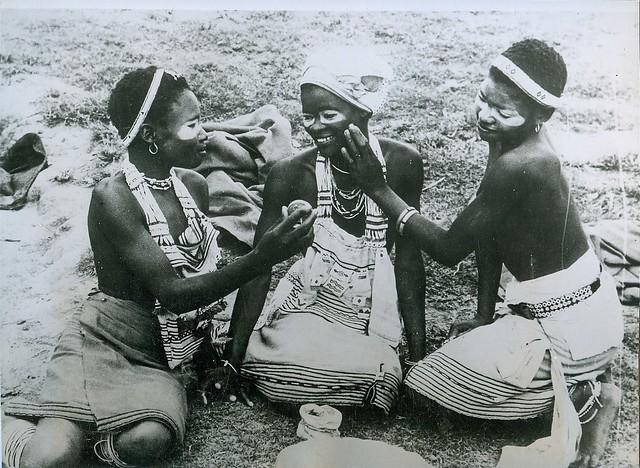 African women apply make up (1)