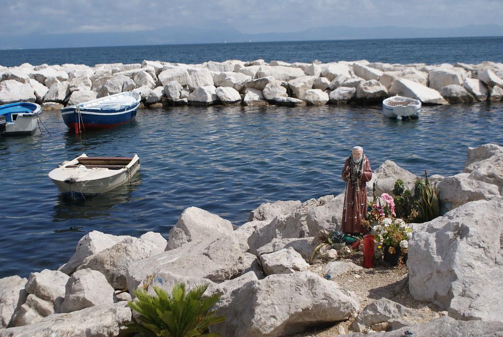 Autel dédié à Padre Pio sur le port de pêche de Chiaia à Naples.