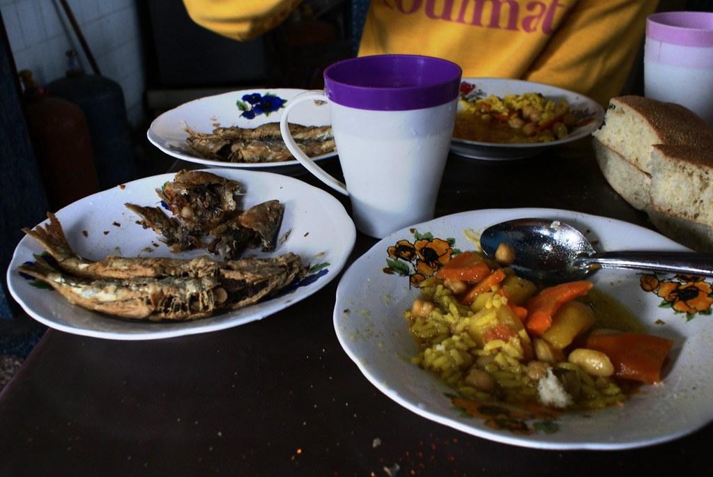 Repas simple mais bon dans un boui boui de Chefchaouen.