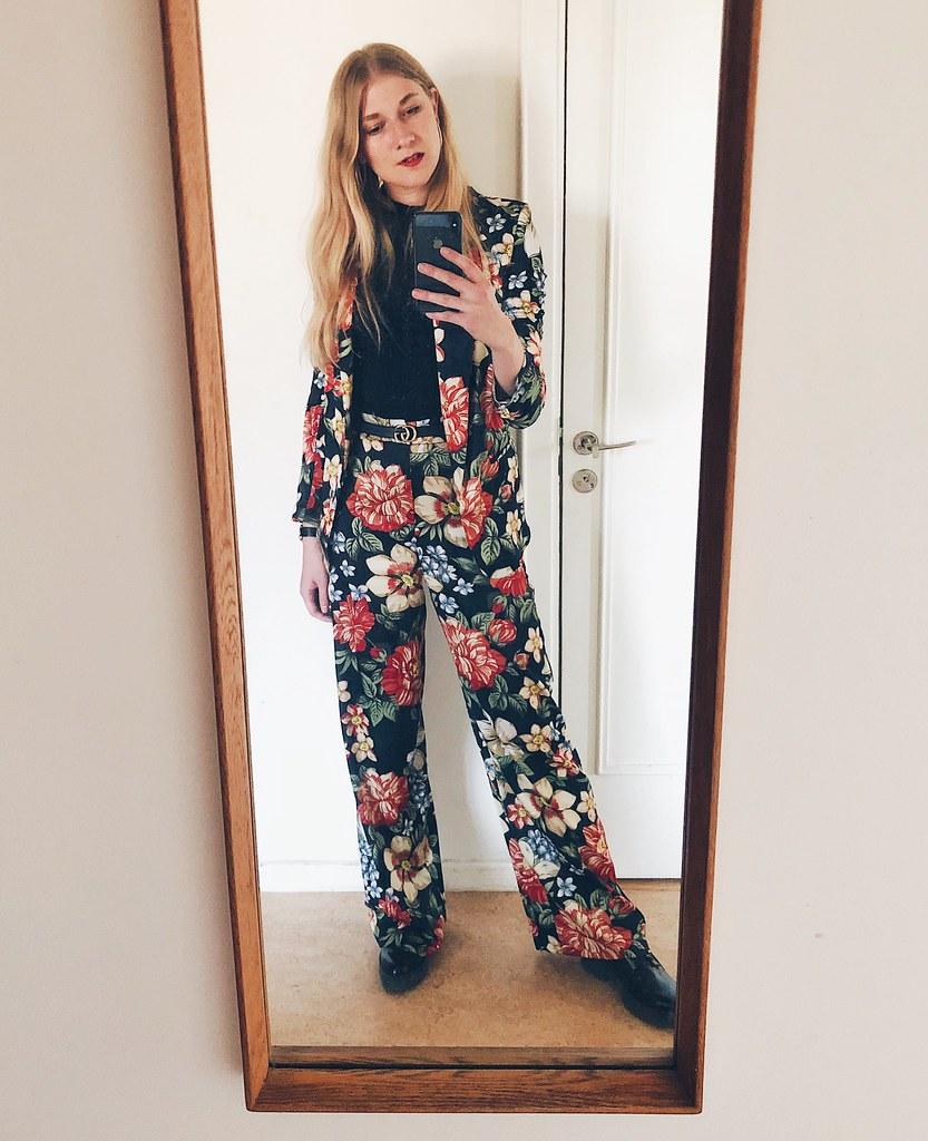 blommig kostym