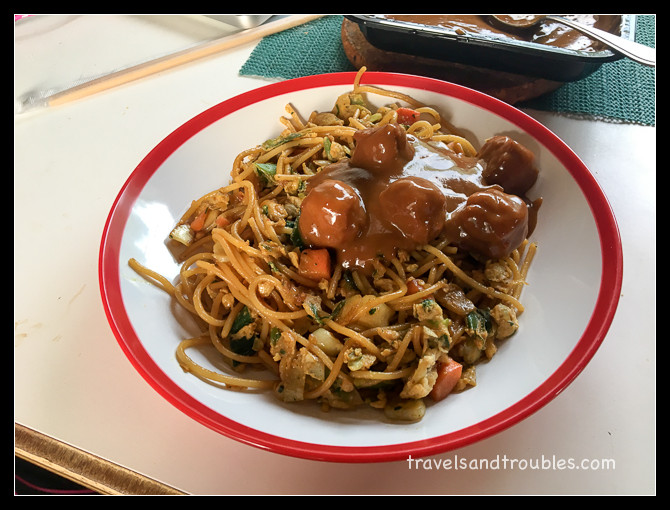 Spaghetti goreng met saté