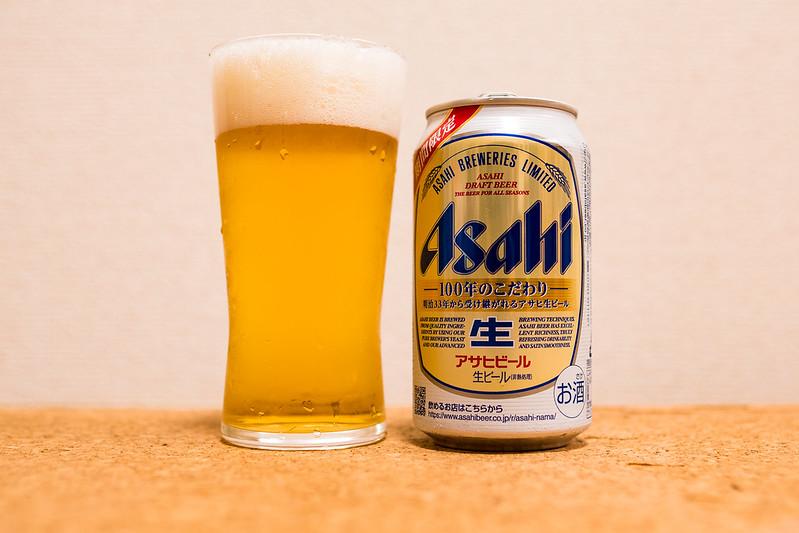 アサヒ生ビールをグラスに注ぐ