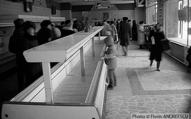 Raiul comunist: rafturile magazinelor alimentare erau goale