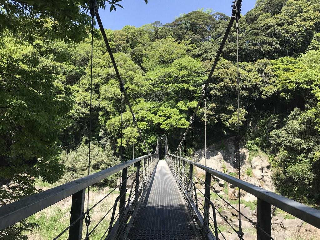 吊り橋から滝がよく見える