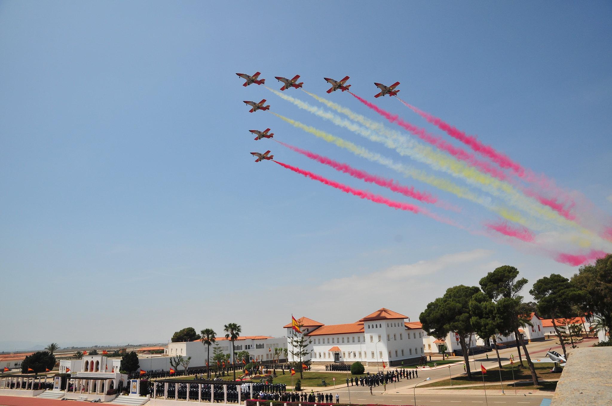 La Patrulla Águila en formación dibuja la bandera española sobre la Academia general