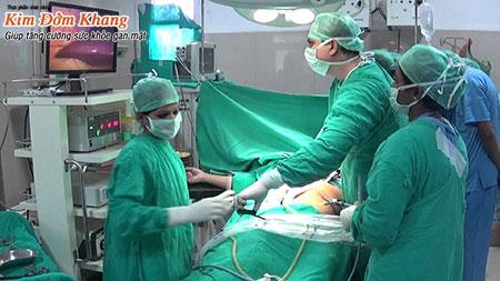 Các bác sĩ đang thực hiện phẫu thuật nội soi cắt túi mật