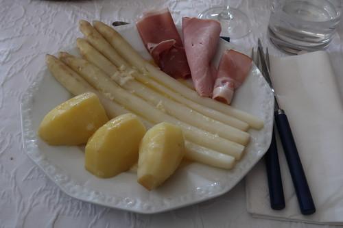 Spargel klassisch mit Butter, Frühkartoffeln und dreierlei Schinken
