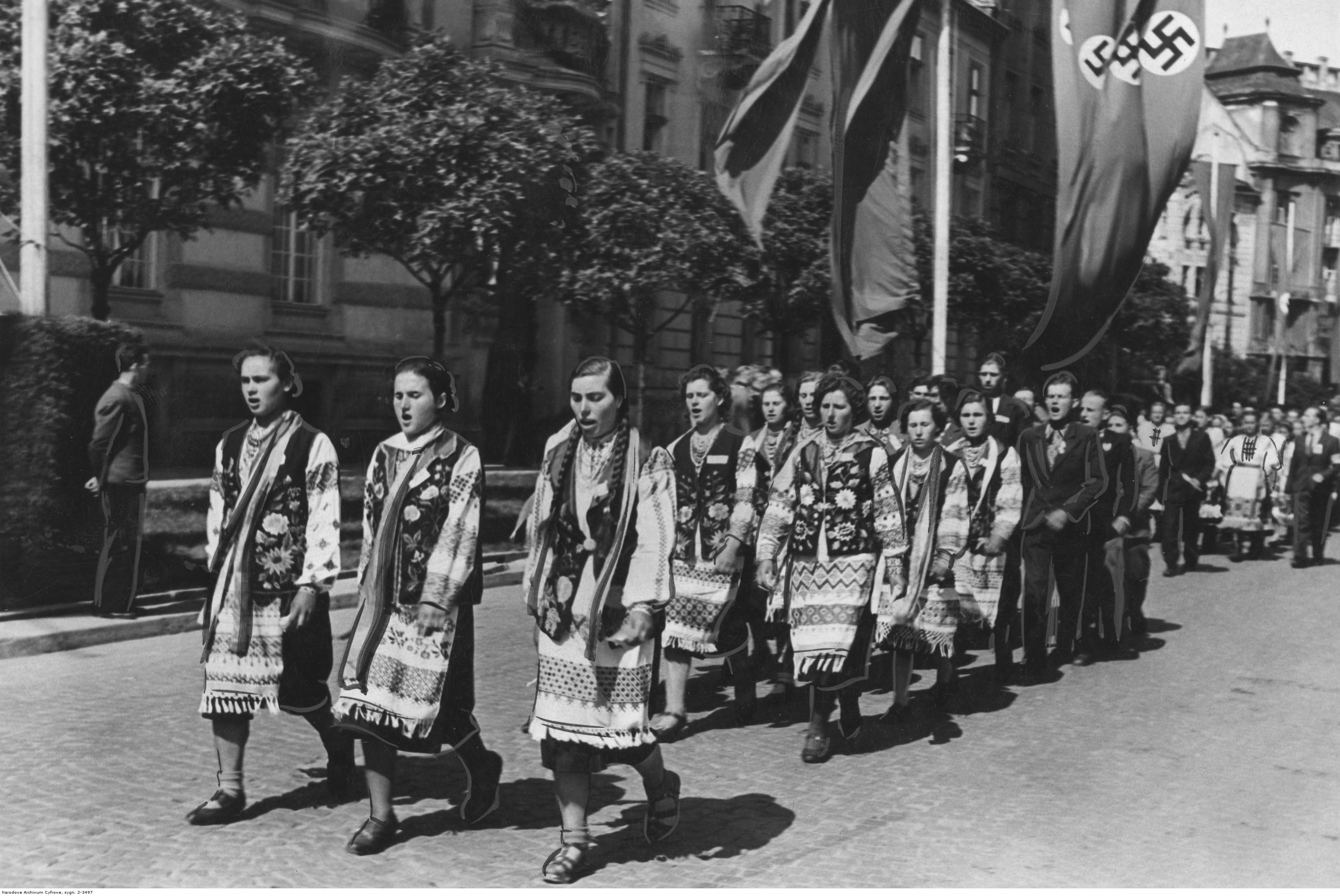 1942. Празднование первой годовщины присоединения Галиции к Генерал-губернаторству. Украинское население в народных костюмах во время шествия по городской улице. Август