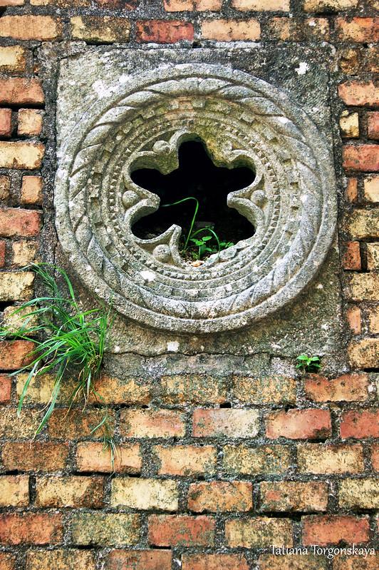 Окно-роза в стене