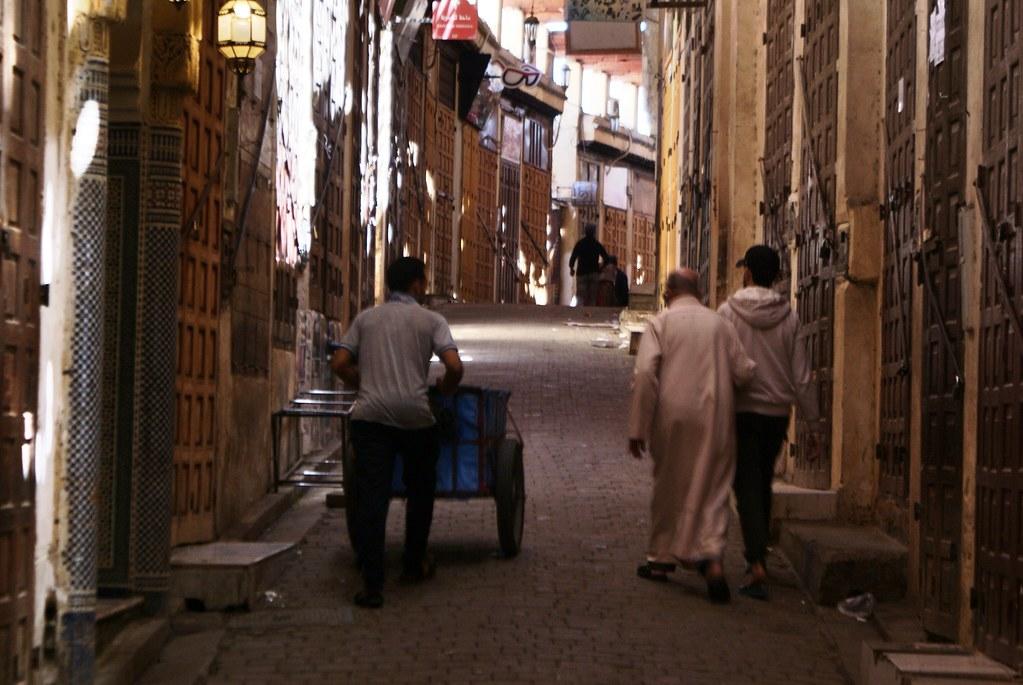 Commerces fermés et souk désert dans le médina de Fès pendant la prière du vendredi.