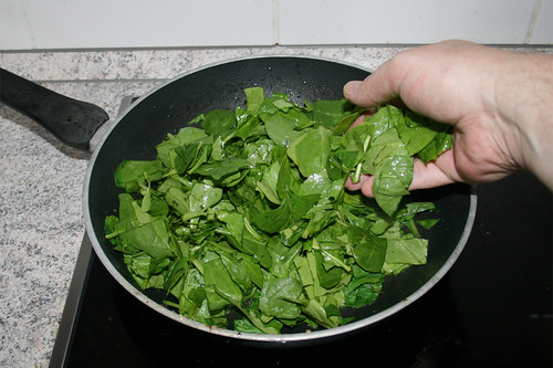 27 - Spinat in Pfanne geben / Put spinach in pan